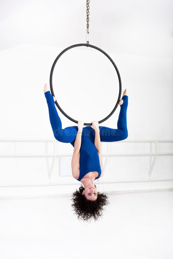 Женщина вися в воздушном кольце стоковое фото rf