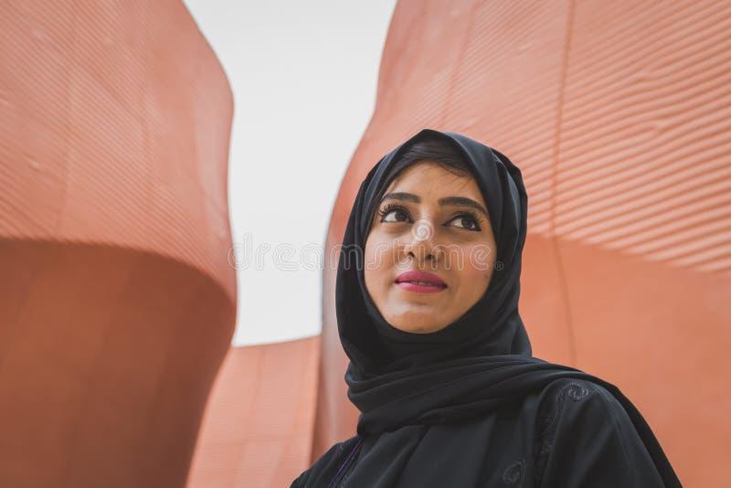 Женщина вне павильона Объединенных эмиратов на экспо 2105 в Mila стоковые фото