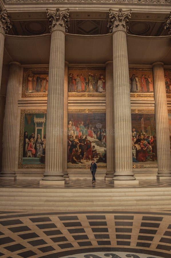Женщина внутри пантеона среди высоких столбцов и картин богато украшенных в Париже стоковое изображение
