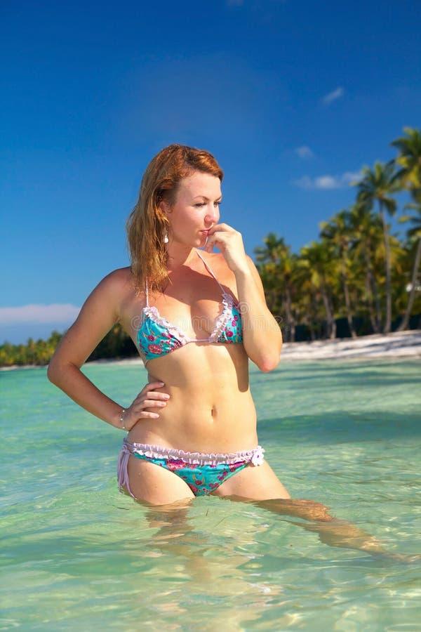 Download женщина воды бикини стоковое изображение. изображение насчитывающей песок - 18394225