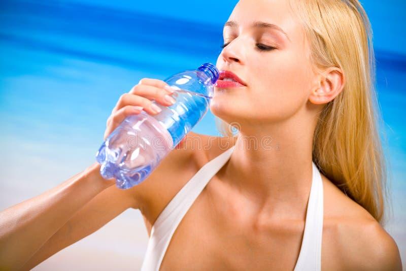 женщина воды бутылки стоковая фотография