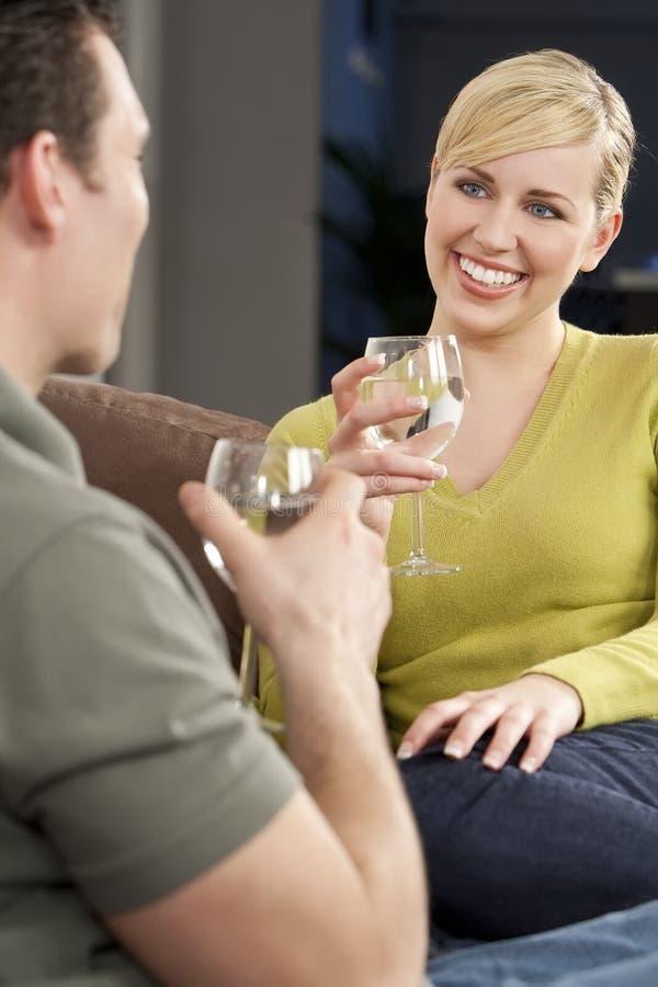 женщина воды выпивая стекла даты романтичная стоковые изображения