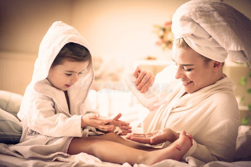 женщина воды спы здоровья ноги внимательности тела Мать и дочь стоковое фото rf