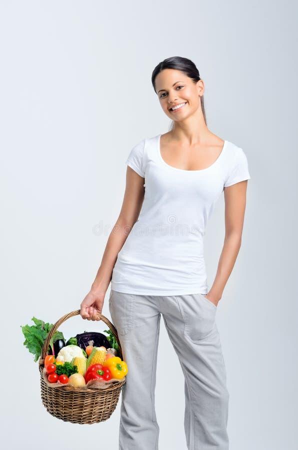 Женщина возвращающ от рынка фермеров стоковые фотографии rf