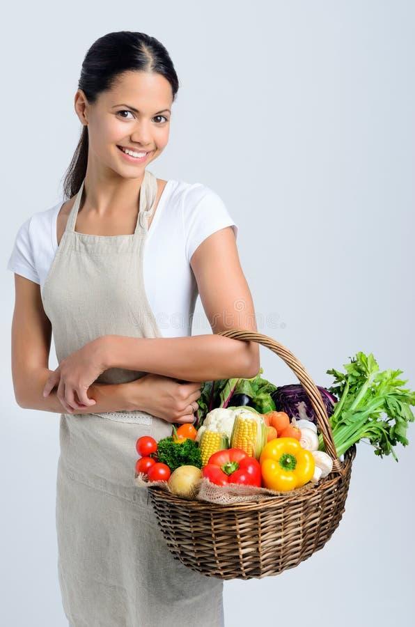 Женщина возвращающ от рынка фермеров стоковая фотография rf