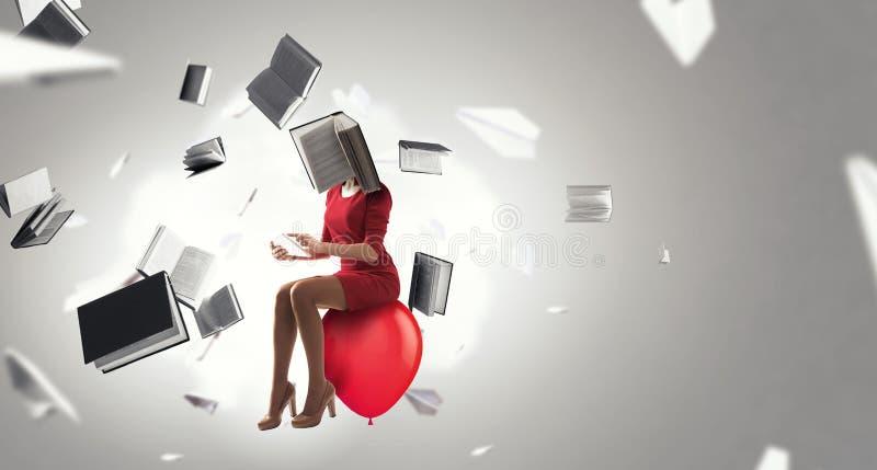 Женщина возглавленная книгой Концепция эффективности дела r стоковые фото