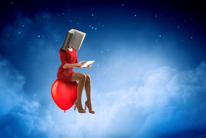 Женщина возглавленная книгой Концепция эффективности дела r стоковые фотографии rf