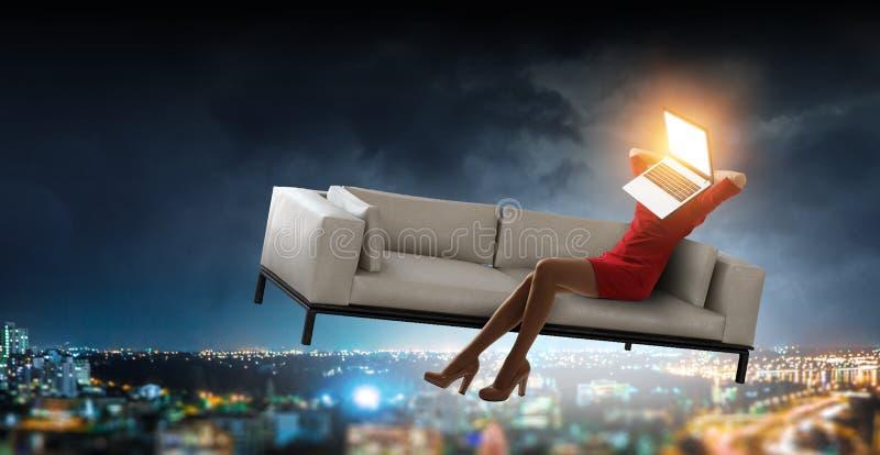 Женщина возглавленная ноутбуком Концепция эффективности дела r стоковые фото