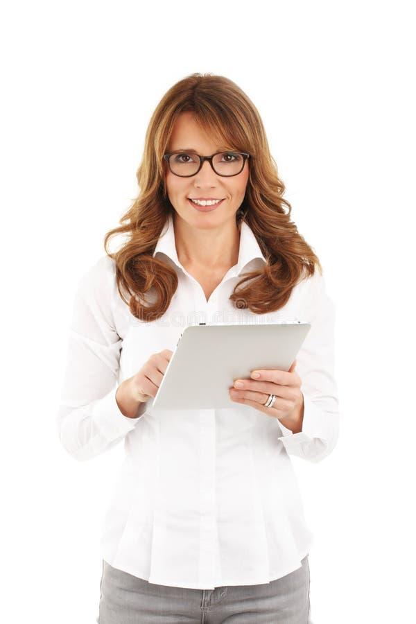 Женщина дела держа цифровую таблетку стоковая фотография rf