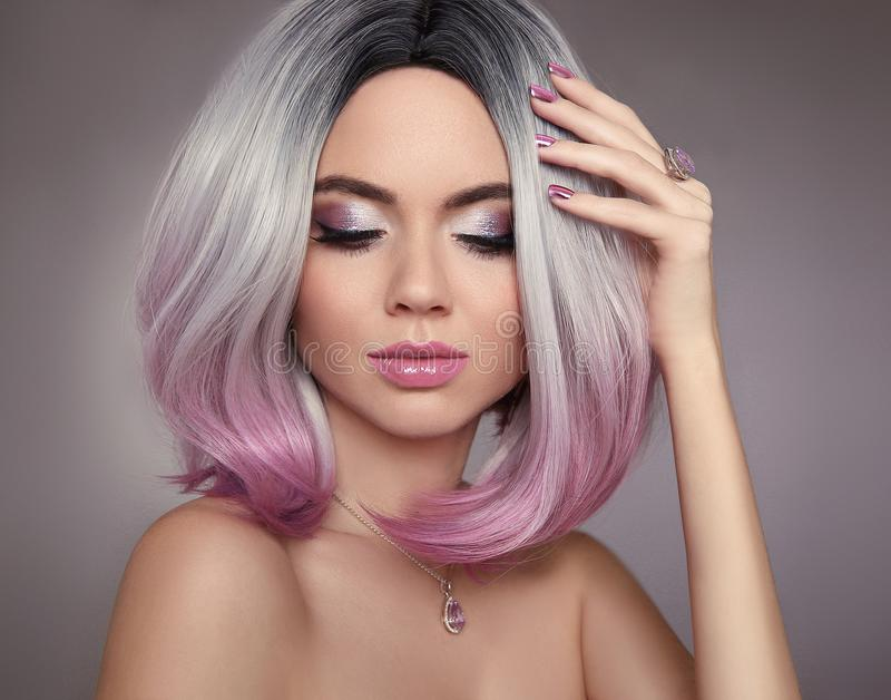 Женщина волос пинка bob Ombre состав яркого блеска Ногти маникюра beatnik стоковое изображение rf