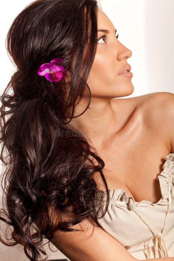 женщина волос цветка брюнет курчавая стоковая фотография