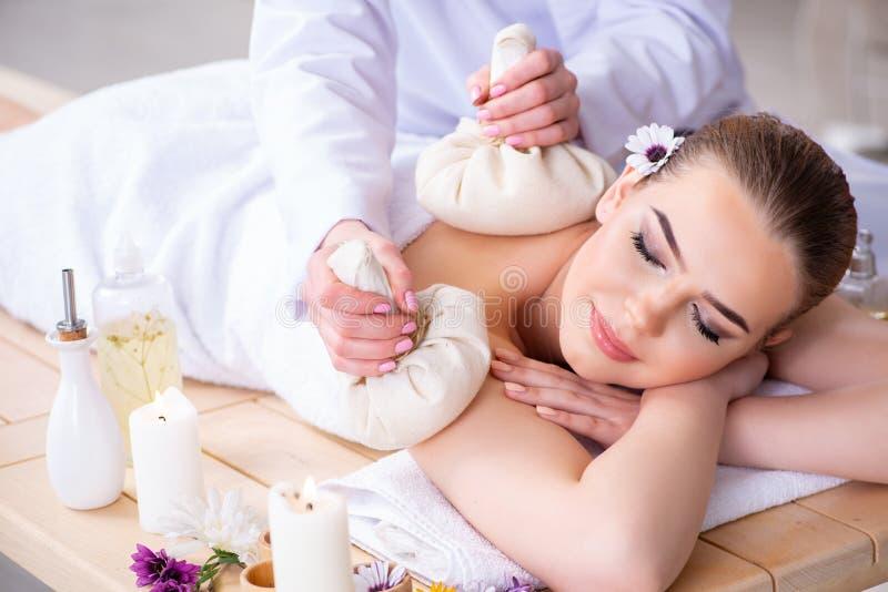 Женщина во время встречи массажа в курорте стоковые фотографии rf