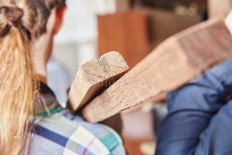 Женщина во время ученичества плотничества стоковое изображение rf