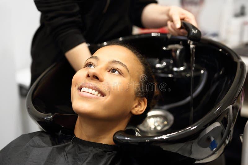 Женщина волос парикмахера моя стоковые изображения rf