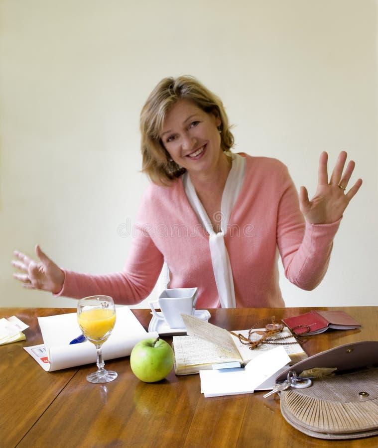 женщина времени gesticulating средняя стоковая фотография