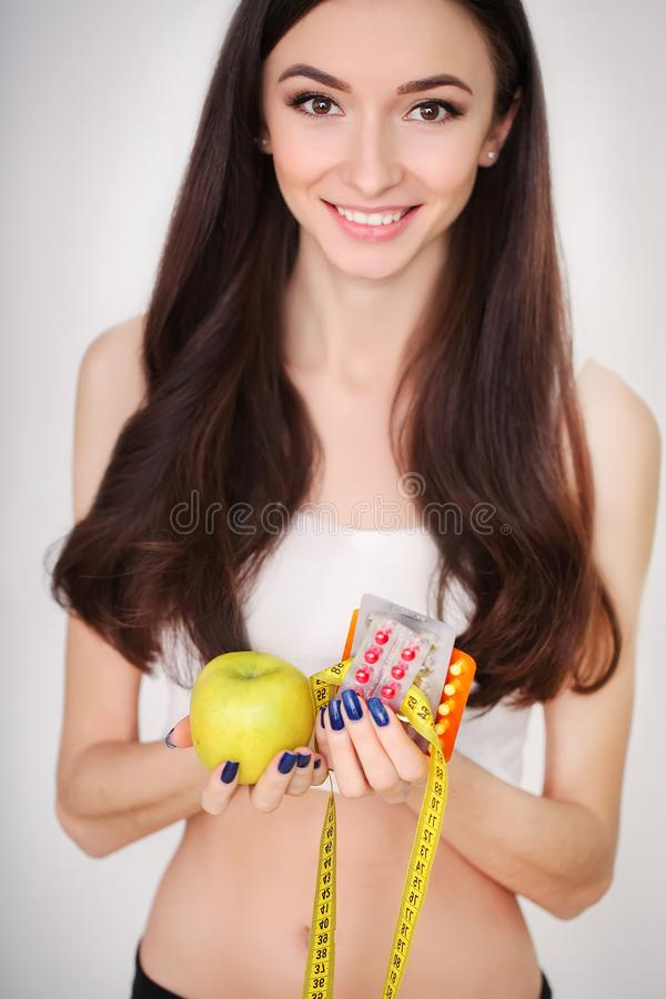 Женщина вручает держать волдырь пилюлек и приносить стоковые изображения