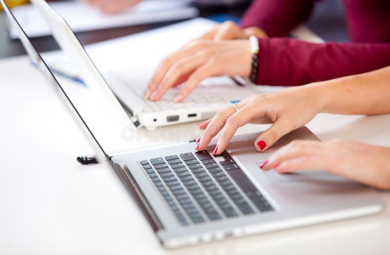 женщина вручает клавиатуру стоковое изображение rf