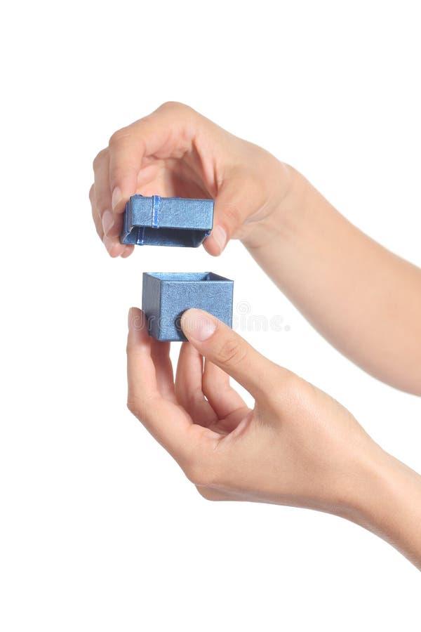Женщина вручает раскрывать маленькую коробку подарка стоковые фото