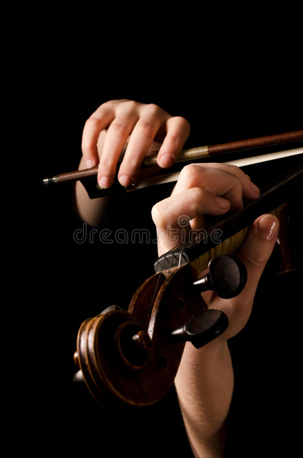 женщина вручает скрипку игры стоковая фотография