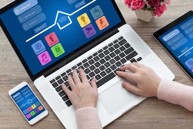 Женщина вручает телефону app таблетки компьютер-книжки умный дом стоковые изображения rf