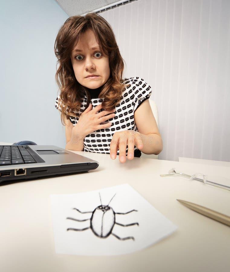 Женщина вспугнула с бумажным тараканом стоковое фото rf