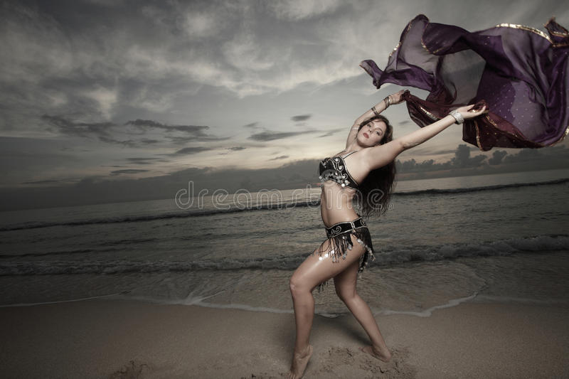 женщина вуали пляжа стоковое фото