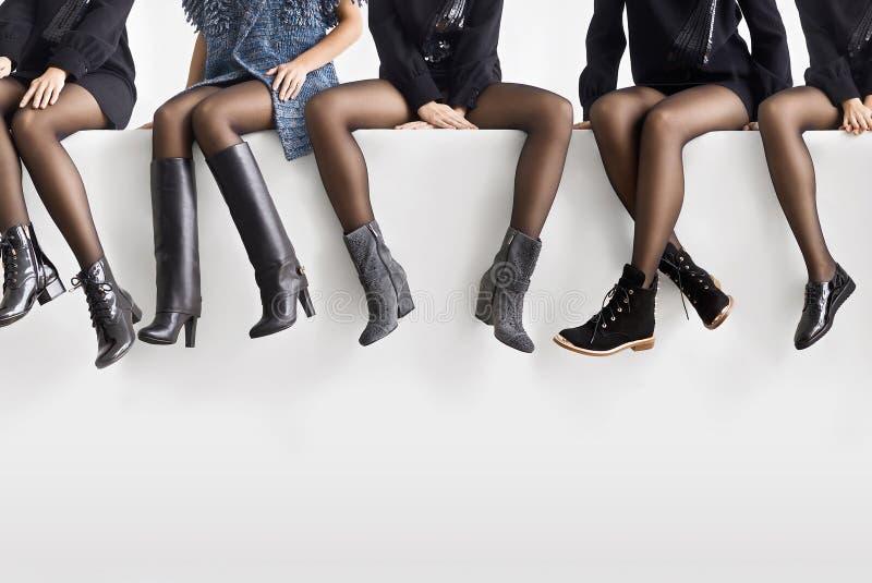 Женщина выбирая правые ботинки стоковое фото