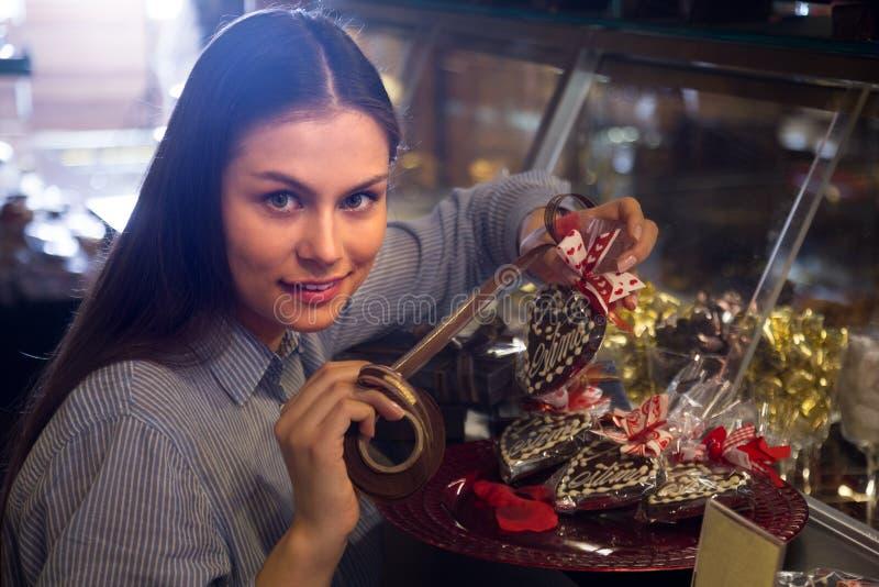 Женщина выбирая шоколады стоковые фотографии rf
