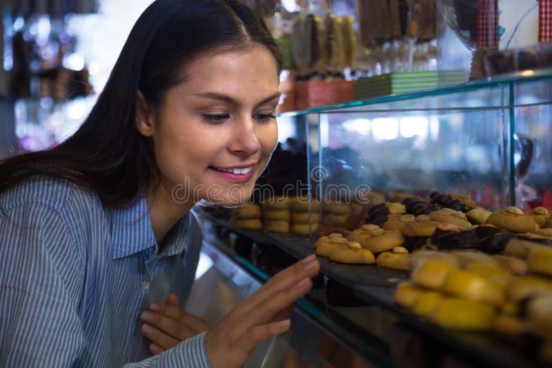 Женщина выбирая шоколады стоковое изображение rf