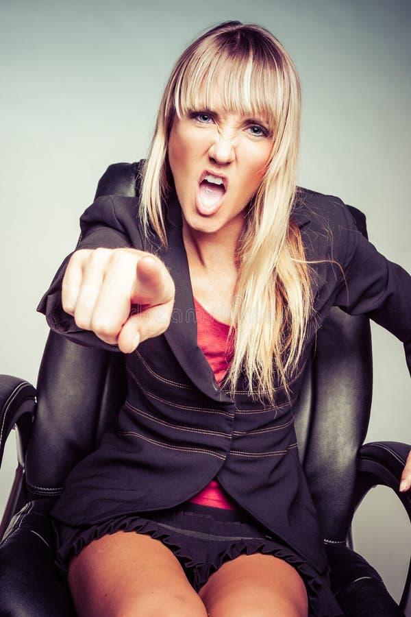 Женщина выкрикивая и указывая стоковое фото rf