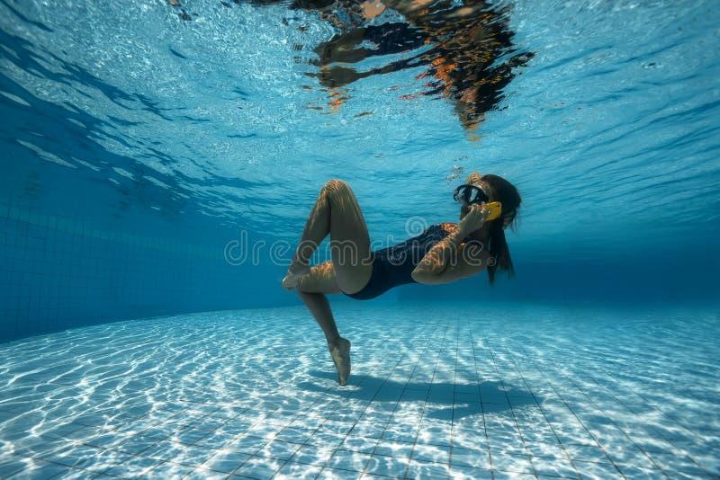 Женщина выкрикивая на телефоне в воде стоковые изображения rf