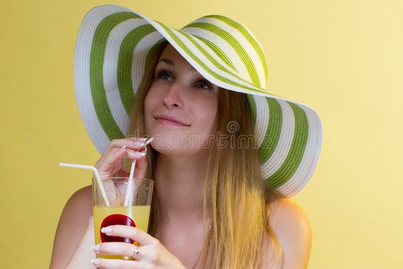 Женщина выпивая коктеил стоковая фотография