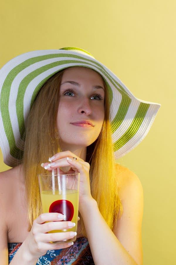 Женщина выпивая коктеил стоковые фото