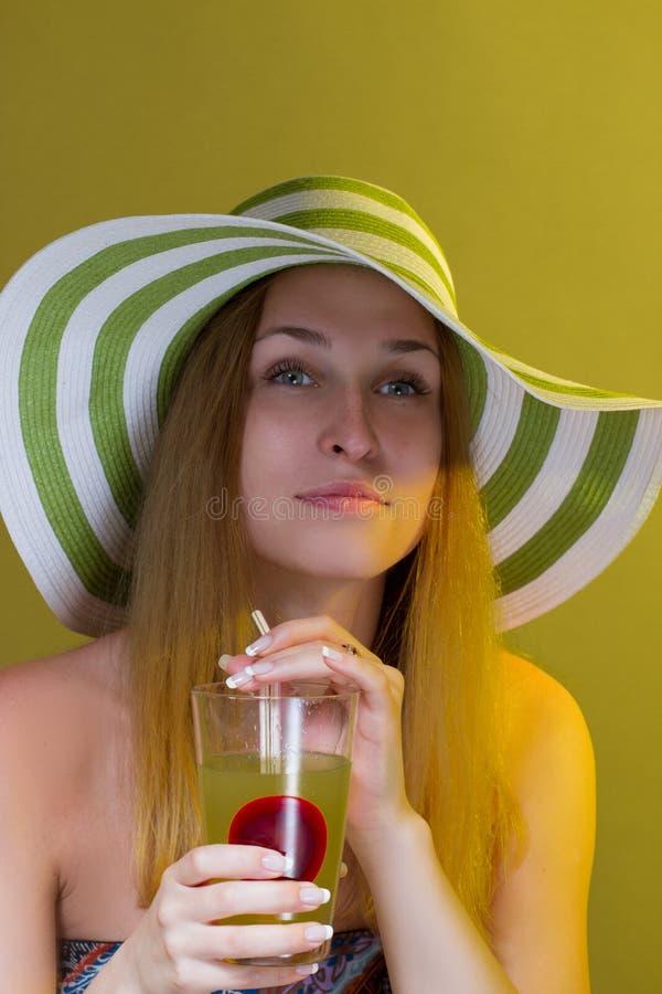 Женщина выпивая коктеил стоковое изображение rf