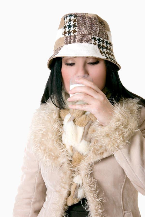 женщина выпивая молока стоковая фотография