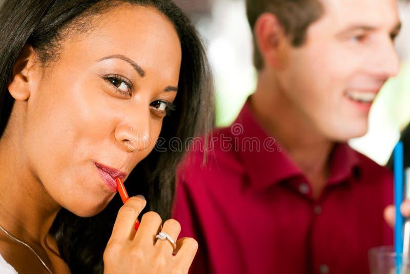 женщина выпивая сторновки стоковое фото