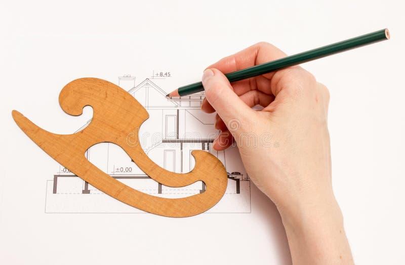 Женщина выполняет технический чертеж стоковые фотографии rf