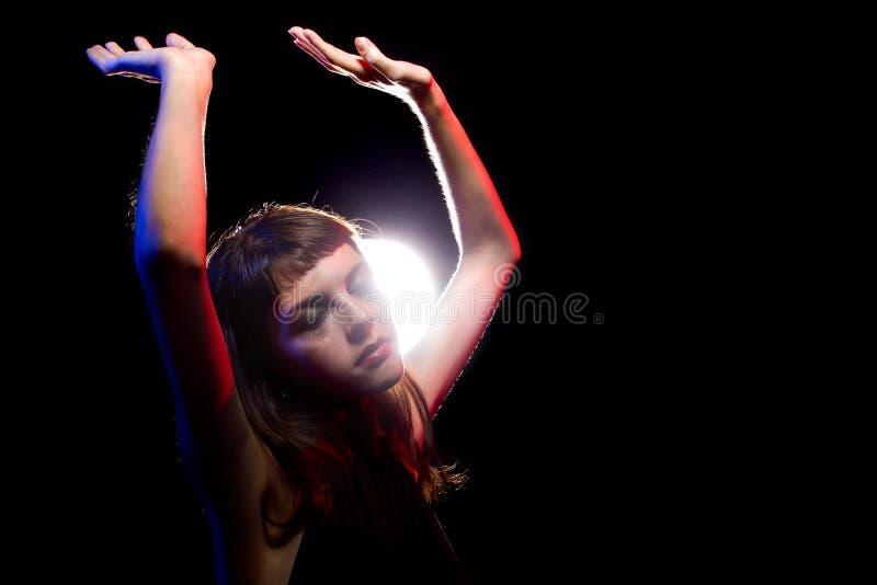 Женщина высокая на лекарствах или пьяная на клубе стоковые изображения rf