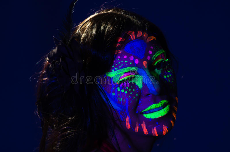 Женщина выстрела в голову нося внушительное зарево в темном уходе за лицом стоковые фото