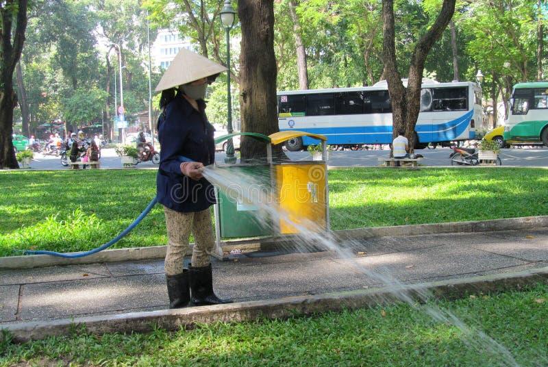 Женщина Вьетнама работая в улице города стоковая фотография