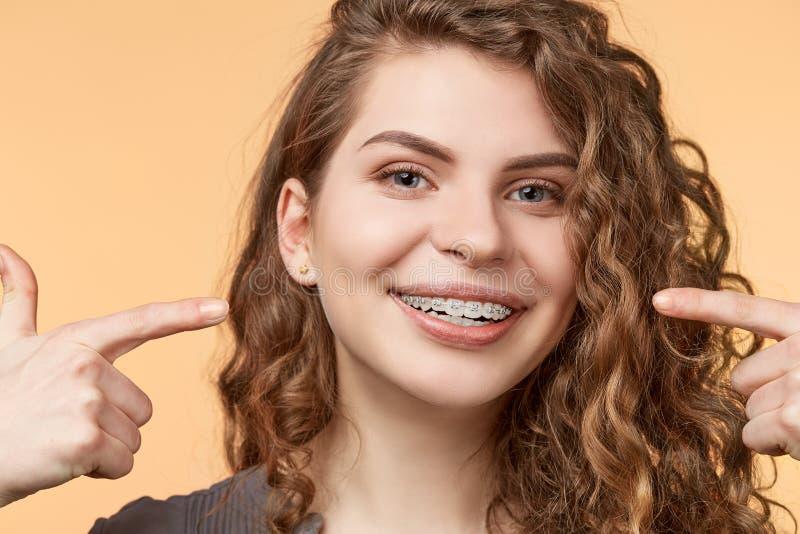 Женщина вьющиеся волосы с кронштейнами стоковая фотография