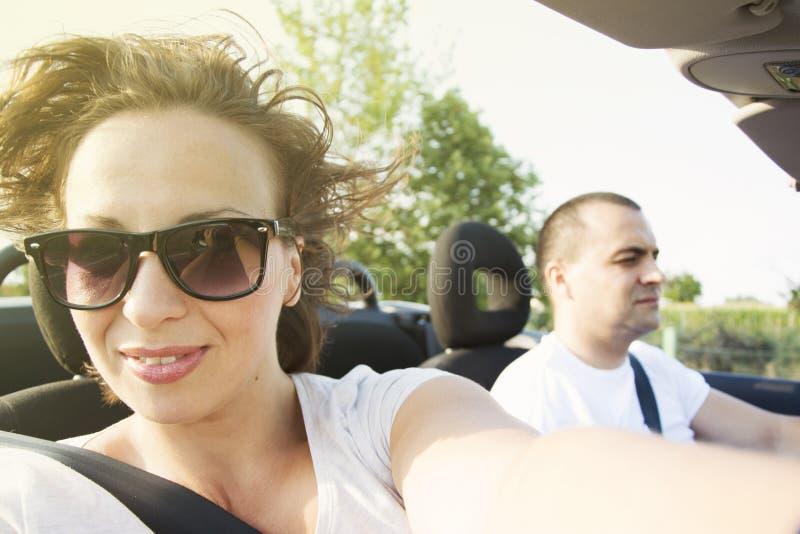 Женщина в автомобиле с откидным верхом автомобиля стоковое изображение rf
