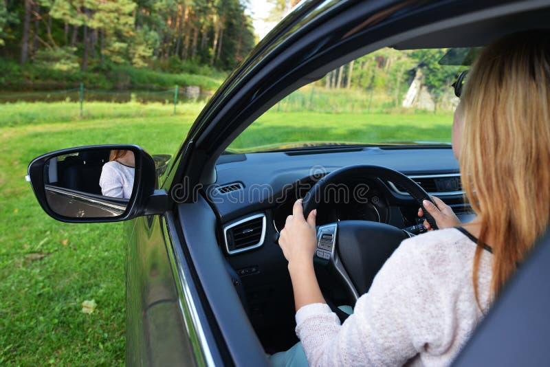 Женщина в автомобиле стоковые фотографии rf