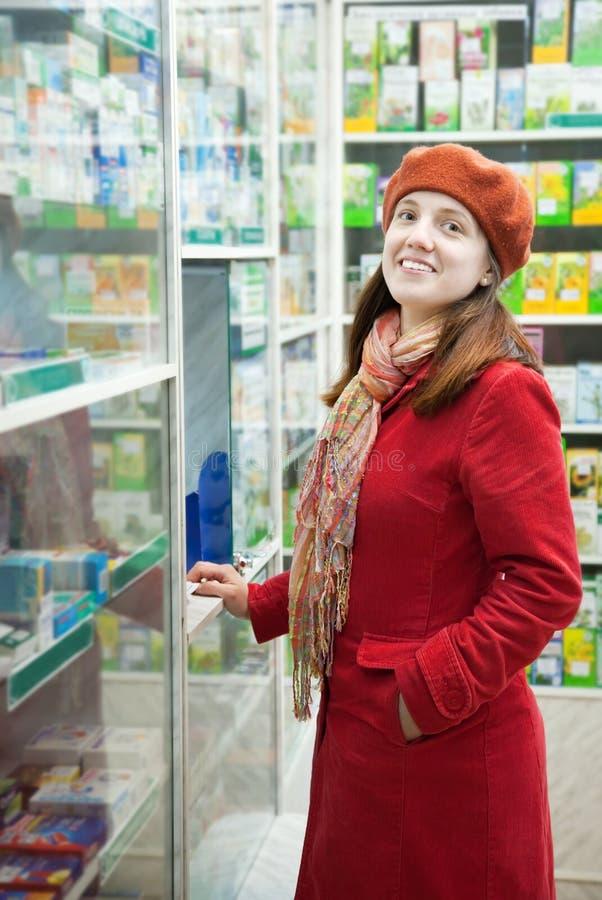 Женщина в аптеке фармации стоковая фотография rf