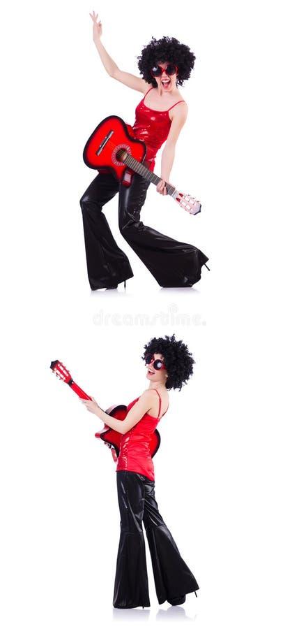 Женщина в афро парике играя гитару стоковое изображение rf