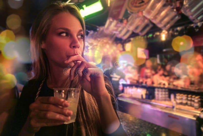 Женщина в баре стоковые изображения rf
