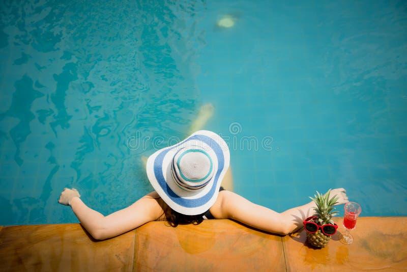 Женщина в бассейне со шляпой лета, взгляде сверху стоковые изображения rf