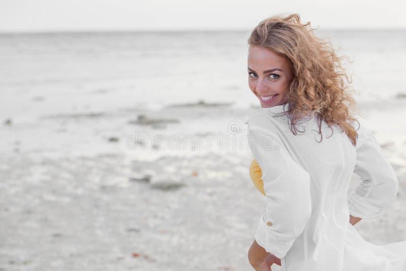 Женщина в белой рубашке на пляже стоковая фотография rf