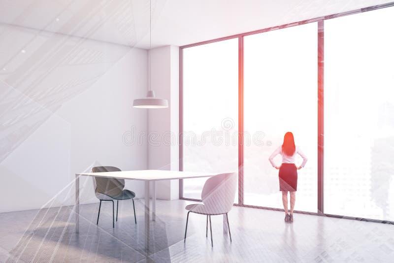 Женщина в белом интерьере столовой стоковые изображения