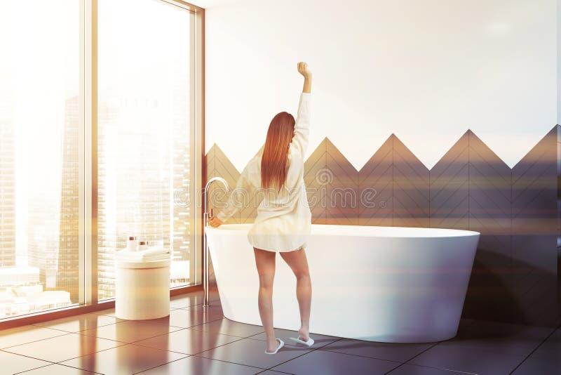 Женщина в белом и сером bathroom стоковые изображения rf